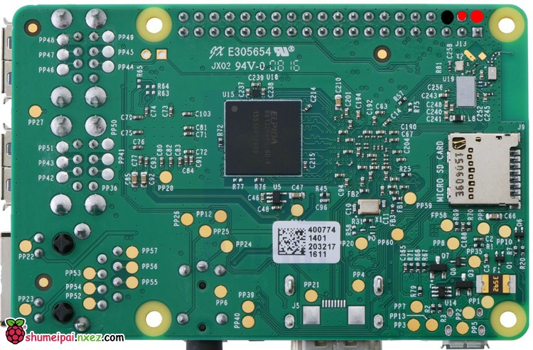 如图所示,在电路板4-8欧姆的一侧,将扬声器电线焊接到两个中心垫上.